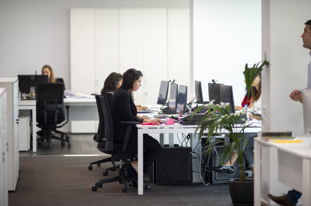 Mesas de trabajo compartido en centro de negocios BMC