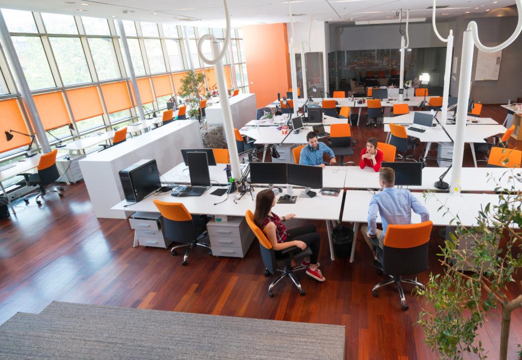Mesas de trabajo en centro de negocios